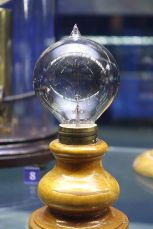 light_bulb_by_lewis_latimer_1883_-_museum_of_science_and_industry_chicago_-_dsc06448